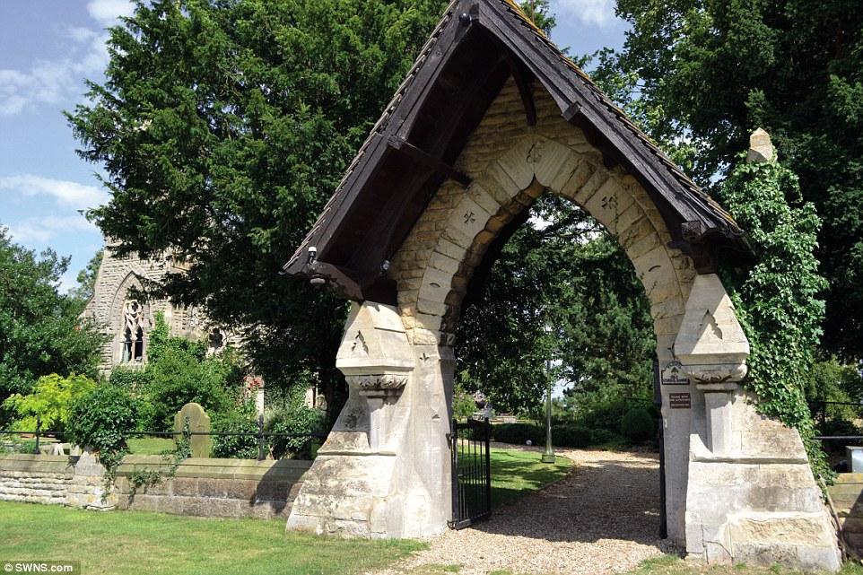 這座「由古老教堂改建的豪宅」後院還有一座墓園,但還是會讓你想花2200萬住在裡面。