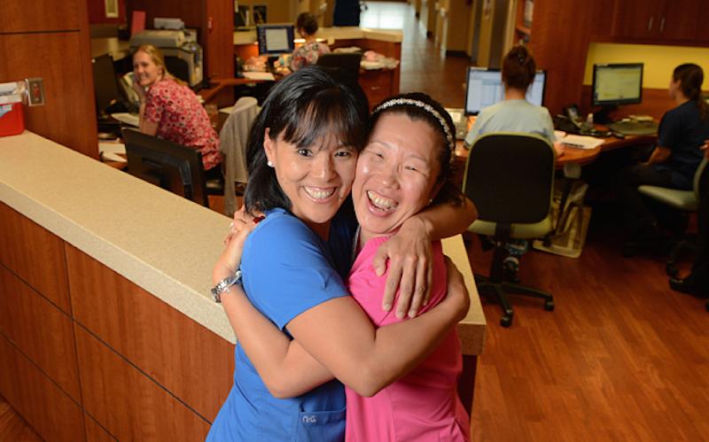 這兩個自小失散並且住在不同州的姐妹40年後竟在同一間醫院找到對方。
