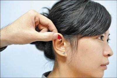 當你按摩耳朵上這個神奇穴道,你的人生就會變得更美好!(真的)