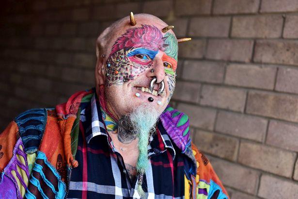 這位為了長得像鸚鵡刺了超過100個刺青的男子竟然決定「將耳朵切除」才能更像鸚鵡!