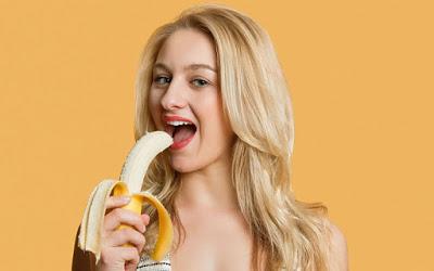 看到她長期「用香蕉皮塗臉」的神奇效果後,你就會把所有抗痘產品都丟掉了!