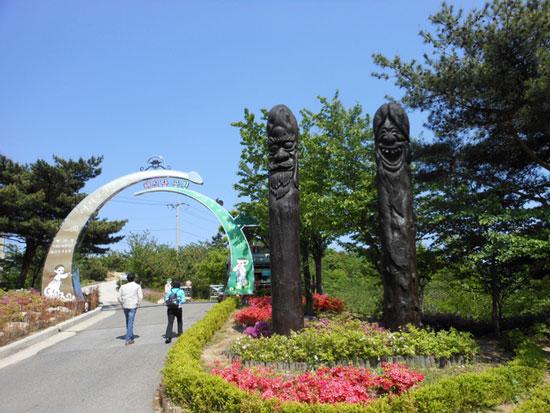 這座公園裡有滿坑滿谷的「陰莖雕塑」,原來這全都是為了一個處女啊!
