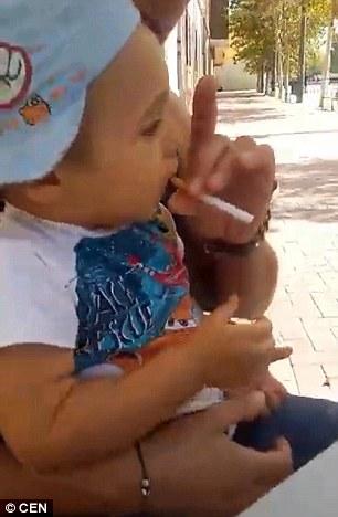 這名爸爸竟然要小男童抽菸喝酒,聽到原因時我理智線也瞬間炸裂了!