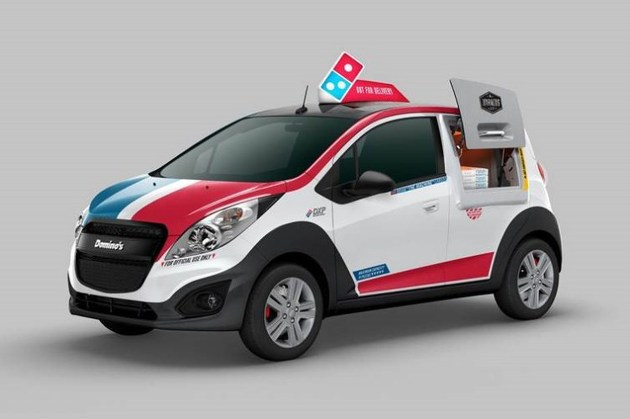 這台剛推出的「超高科技達美樂外送車」會改變你的生命!看看他後面的那個裝置...喔耶!