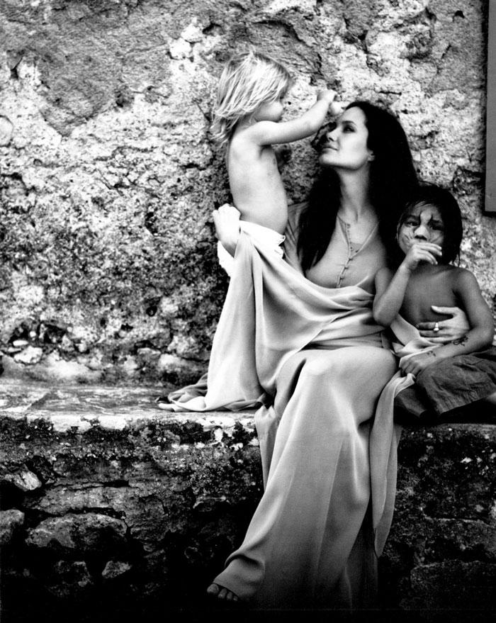 這家雜誌「請布萊德彼特隨便拍下一些家庭照片」,結果收到這些超猛照片時他們都傻眼了...