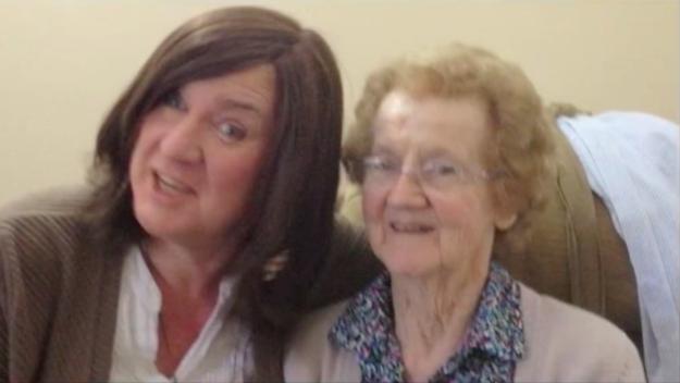 她每次見到有失智症的媽媽都得跟她重新出櫃,但每次都得到「一模一樣的噴淚回應」。