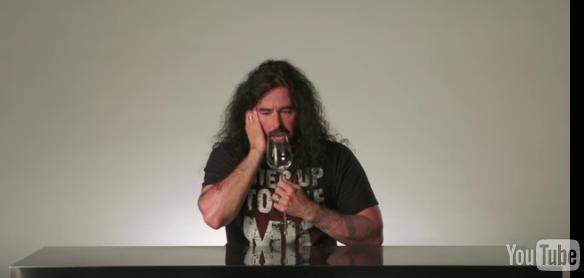 這位外表超搖滾的聲樂大師要教你如何「用聲音震碎玻璃杯」!其實你也做得到!