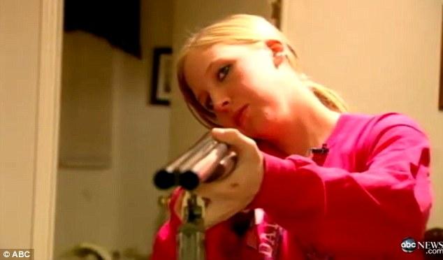 歹徒準備闖進家門...單親媽抱起寶寶打911 超冷靜問「可以射殺他嗎?」