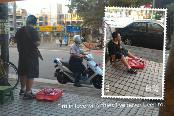 有網友看到這位警察好像要開單給違法出來擺攤賣水果的小弟弟,結果所有網友看到他發出的罰單是什麼時都超感動瘋傳!