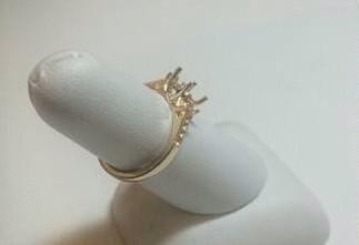 他在野外花上好幾個禮拜開採礦物,最後完成了這個「誰都不能拒絕」的求婚王牌!