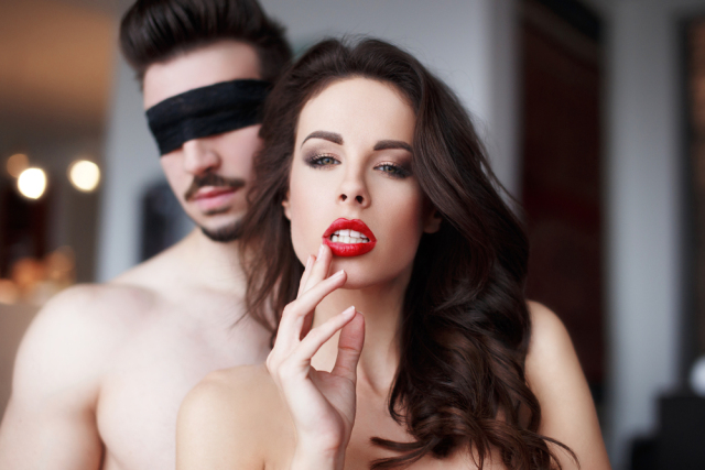 這名男子為了報復劈腿的女友居然直接跟她的媽媽上床,而當女友回家看到半裸的他時....