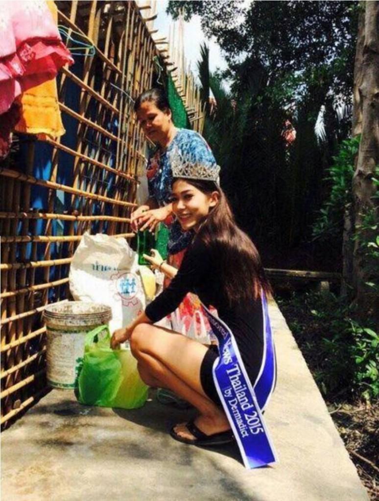 這個漂亮穿著華麗的女孩不顧旁人眼光,在垃圾桶旁對一位拾荒婦女下跪的照片已經撼動了全世界!