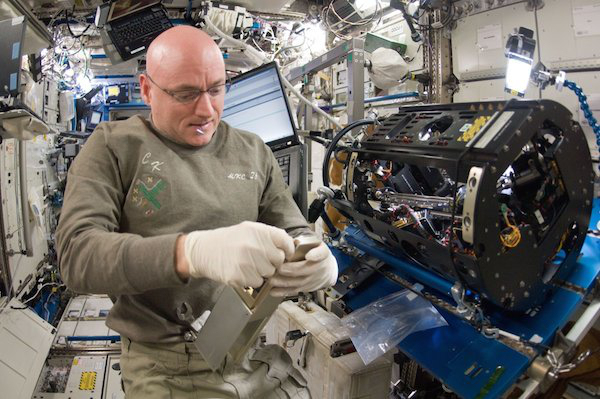 this-is-what-being-in-space-does-to-the-human-body-12-photos-2
