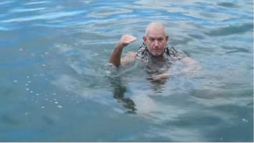 這位資深海軍說:「你溺水時只要有穿上長褲就可以活命了!」