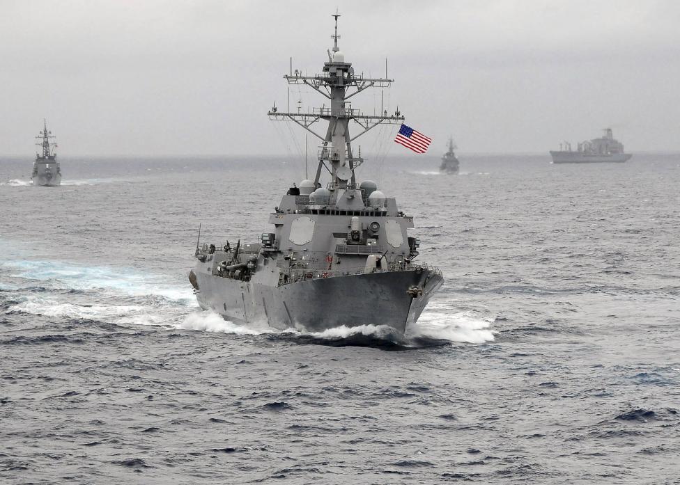 這艘美方軍艦不斷逼近中國海域時遭到中國軍艦嚴重警告,但最後他們卻居然成為了好麻吉!