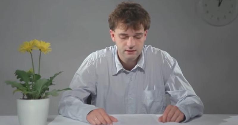 他花了3.5小時成功唸出由18萬字母組成的「史上最長英文單字」,影片才開始10秒我就睡著了。