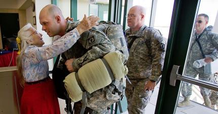 這位奶奶連續12年都在軍事基地給出任務的士兵擁抱,某天她消失後士兵的行動會讓你哭到受不了。