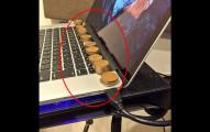 他在筆電上放上一疊一疊的銅幣,看過後我以後每天都要這麼做!