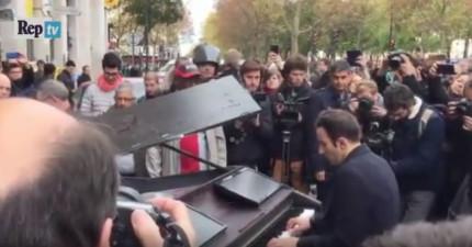 這名男子騎單車到巴塔克蘭音樂廳發生恐怖攻擊事件的地方然後坐在鋼琴前面,接著旁邊的民眾都開始哭了...