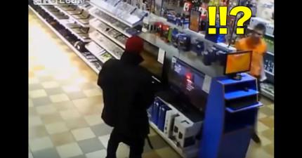 這名男子在店裡看到PS4最新熱門遊戲因為太興奮了,因此就把褲子脫下來然後...