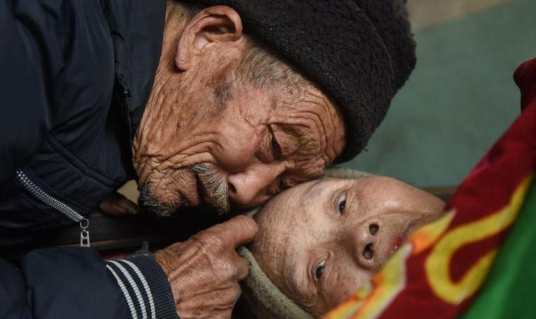新婚才5個月妻子永久癱瘓「癡情男子霸氣照顧她58年」!辭掉工作「我會一輩子疼你」死都不肯離婚!