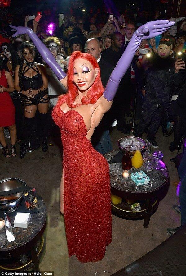 所有網友看了名模海蒂·克隆今年的超猛萬聖節打扮後都驚說:「今年她贏了!」