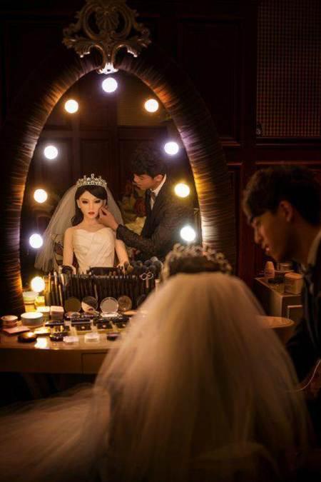 男子與充氣娃娃拍婚紗照(圖/信網)