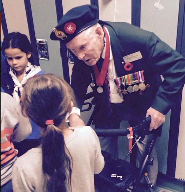 女孩問二戰曾被俘虜的93歲退伍軍人「如果再來一次願意上戰場嗎?」,他的回答會讓所有網友吃驚!