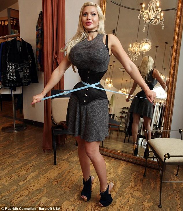 這位模特兒為了成為卡通人物移除6根肋骨,她「雙手就能掌握」的腰圍真的太極端了!