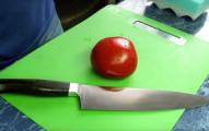 他拿出這把「看起來很普通的菜刀」準備切番茄,切了第一刀之後我就相信食神真的存在了...