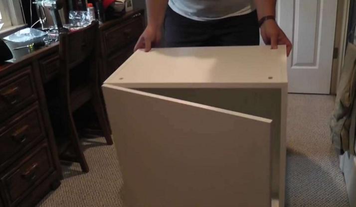 他擺了7個像這樣的IKEA櫥櫃堆在房間,當他結束後最爆炸的「神級家具」就誕生了!