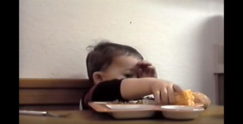 媽媽跟他說一定要祈禱才能吃東西,但他真的太餓受不了的反應真的可愛死我了!