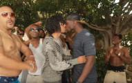 這名諧星假裝成有名饒舌歌手找了一群流氓來拍MV,但當他開始跟男人接吻變成男同志A片時...