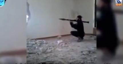 影片中看到ISIS恐怖分子準備要發射火箭炮,但下一秒不小心就把自己給炸掉了。