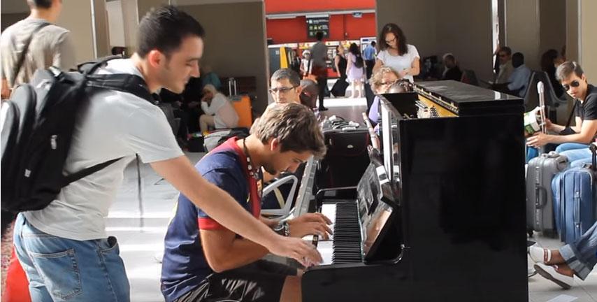 白衣男生看著彈鋼琴的男生一直蠢蠢欲動,當他終於忍不住出手的時候...周圍的人賺翻了!