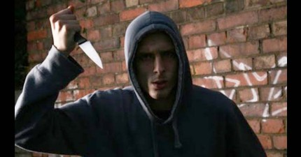 這名青少年因為遊戲角色被對手殺死,花了六個月找到對手住的地方後「拿著真刀潛入他家」...