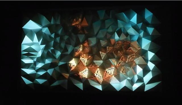 他們陸續將「103座全白金字塔」貼在牆上看起來不怎樣,但當燈光照上去後你的靈魂就會被秒吸進去!