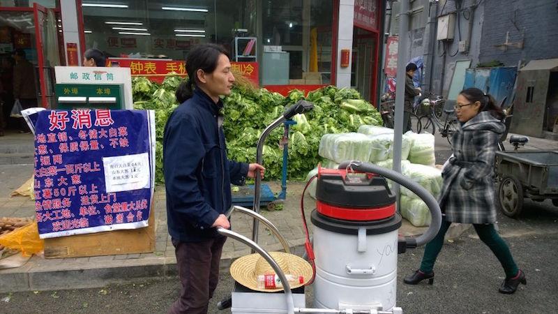 這名藝術家在北京街頭「用吸塵器吸了100天的霧霾」,最後把成果倒出來時...可以蓋房子了!