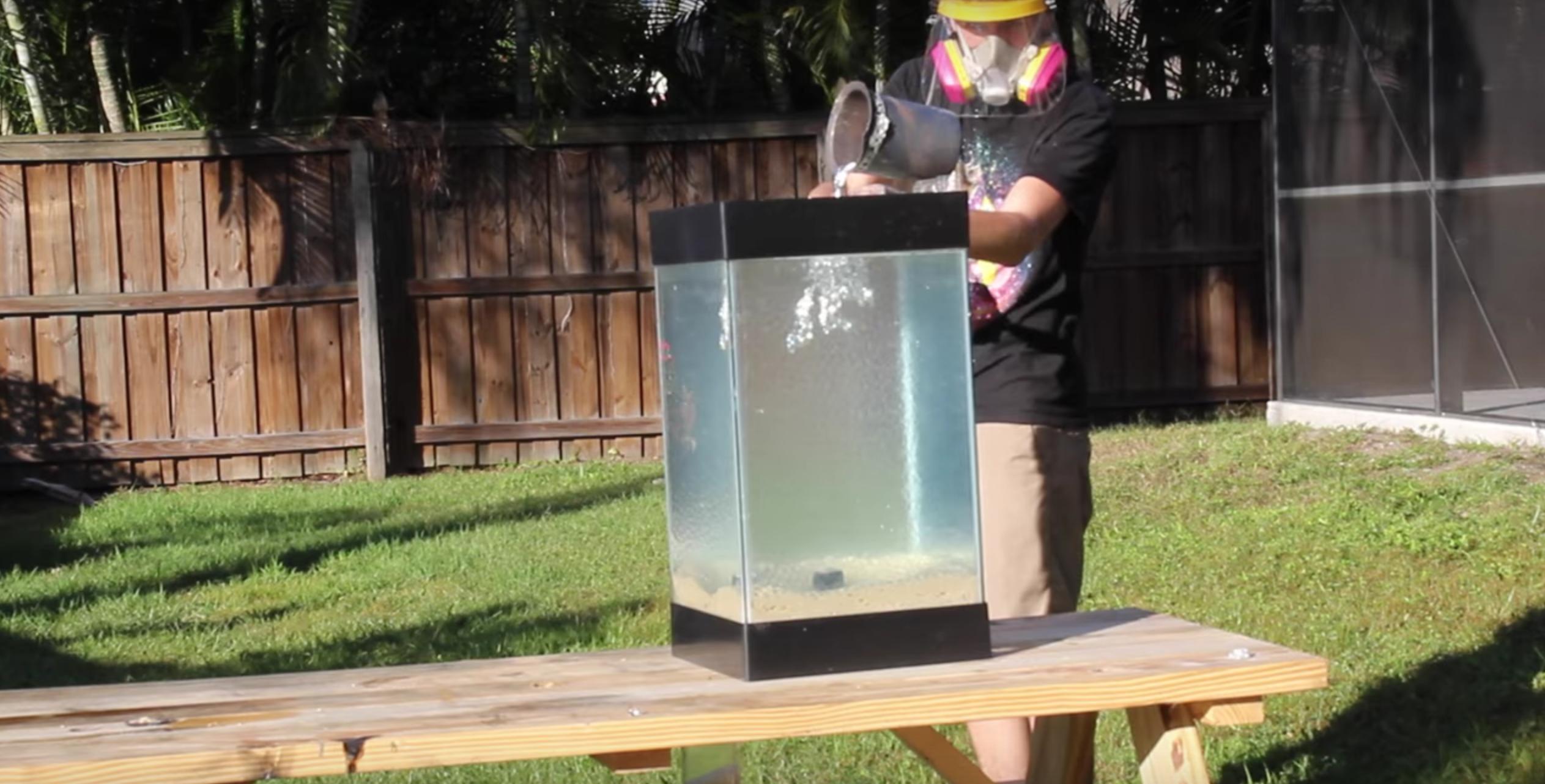 他將燒熔的液態鋁倒進「裝滿水晶寶寶的魚缸」 最後變成最夢幻藝術品