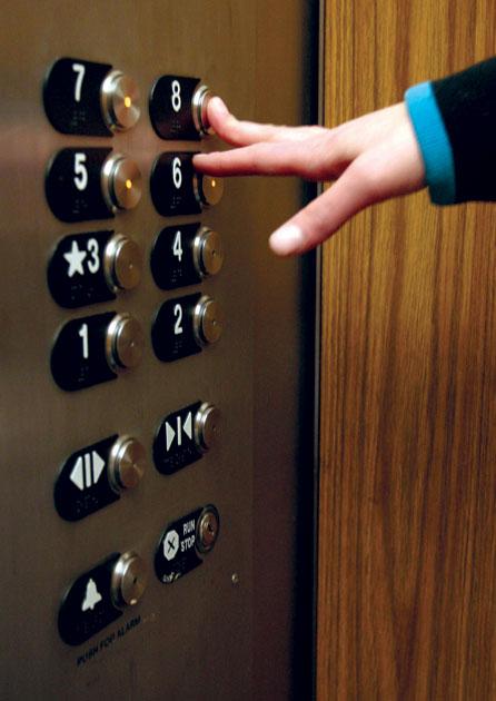7歲孩童亂按電梯受到其他乘客責罵,他媽媽的超完美管教方法讓每個乘客一天充滿了快樂!