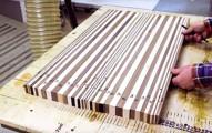 這個男生將這些不起眼的木頭切成一塊塊長條木版,當大功告成後就成為了你廚房裡不擁有不行的超夢幻逸品!