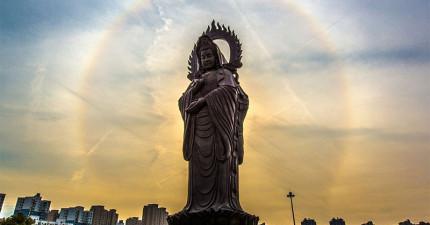在中國武漢很多信徒拍到了「佛祖顯靈超自然現象」(真的不是PS),不可能這麼巧合吧?!