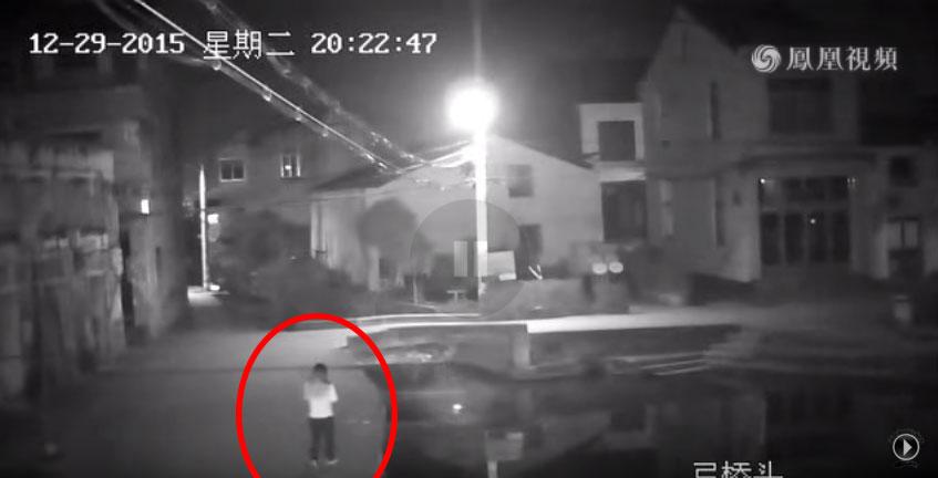 這名年親媽媽被監視器拍到一直不停低頭玩手機,下一秒拍到的恐怖畫面會讓你再也不敢沉迷滑手機了!