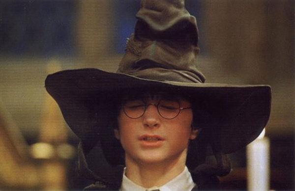 13個會讓你內心的童真嚇到縮在牆角發抖的「《哈利波特》巫師世界超怪愛愛癖好」。
