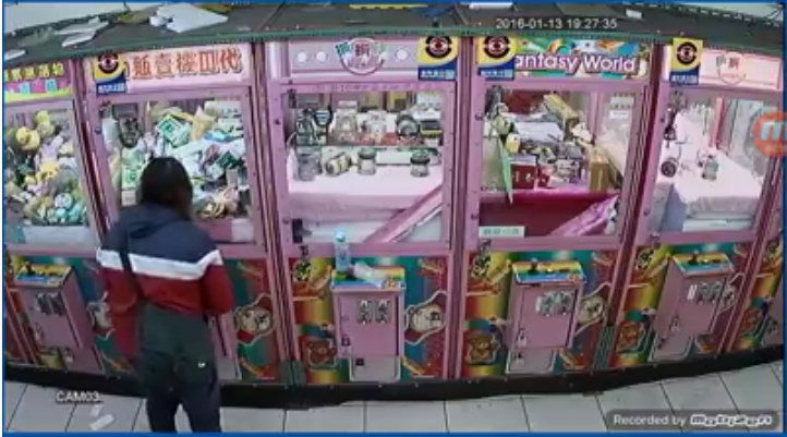 一排夾娃娃機看似普通 右二台出現了靈異畫面