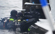 警方找到兩個行李裡有同個女子的屍塊但找不到頭,直到他們在湖底發現到女子丈夫手裡抱的...