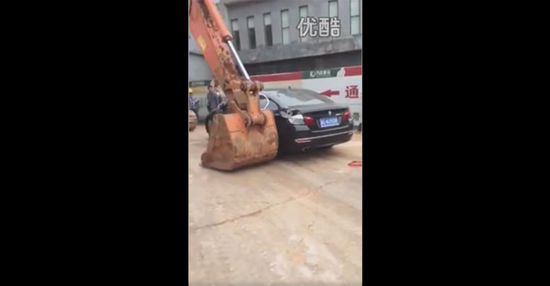 有幾台車以為亂停擋住工地沒關係,但怪手接著就讓這些車主後悔死了!