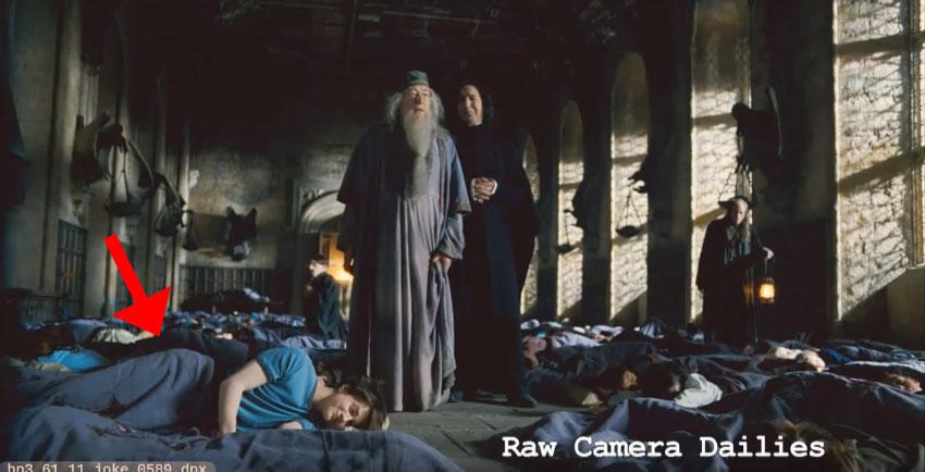 石內卜當時很常在拍戲時「調皮惡整哈利波特」,他先把他故意移到暗戀的女生旁邊,然後當開拍時...