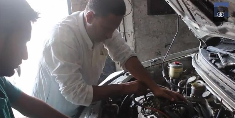 這名失明男子是他國家最強的修車工,當他把手放在引擎上你才會知道他有多厲害!