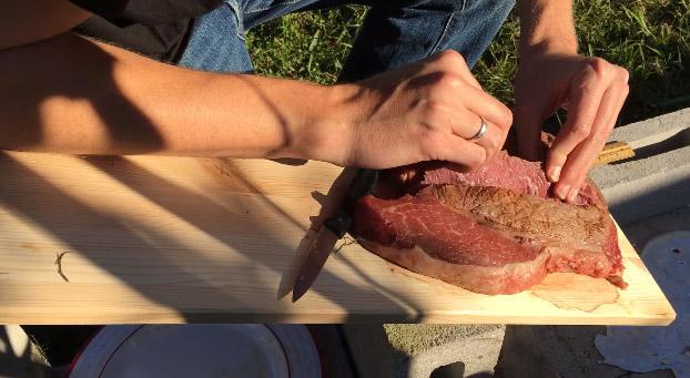 他嘗試用「超高溫液態鋁煮牛排」,液體接觸牛排表面的瞬間出現了完全超乎想像的結果!